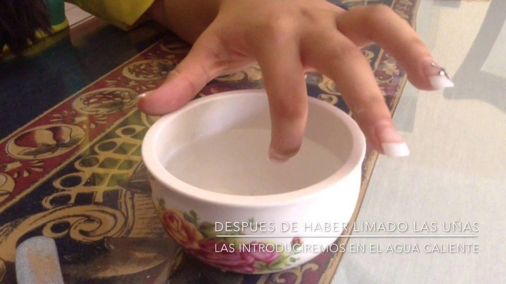 Como quitar uñas acrílicas con agua