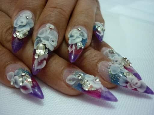Relieves en uñas acrílicas